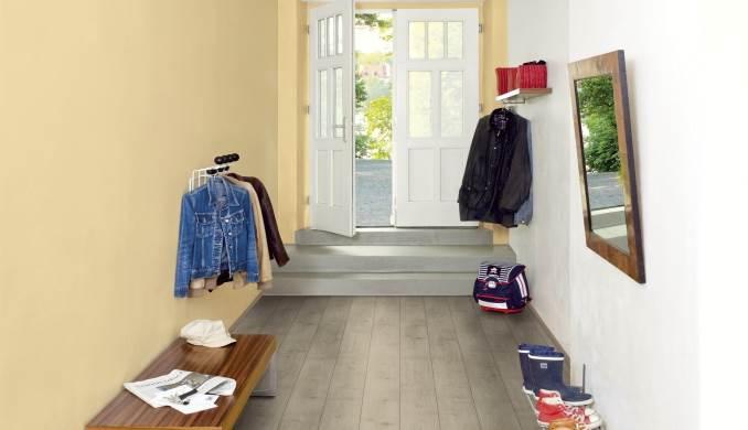 אפשר גם עם מגפיים רטובים ונעליים מלוכלכות: פרקט בחדר הכניסה לבית. צילום: יח