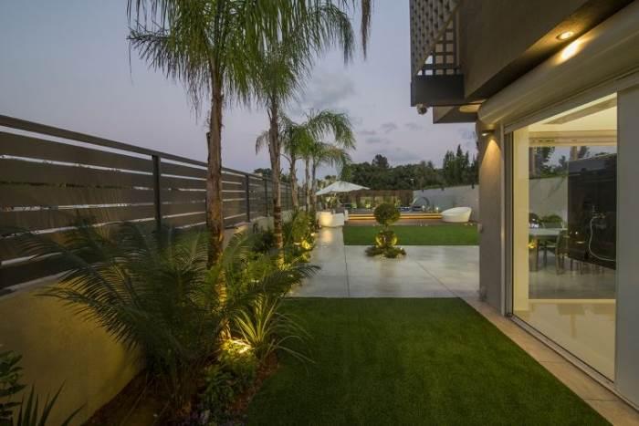 תאורה צמחיה, תאורה שקועה ותאורה היקפית שולבו בגינה