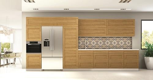 דלתות עץ דגם יערה בגימור אלון מבוקע. חיפוי הקיר מזכוכית מודפסת משי-משי