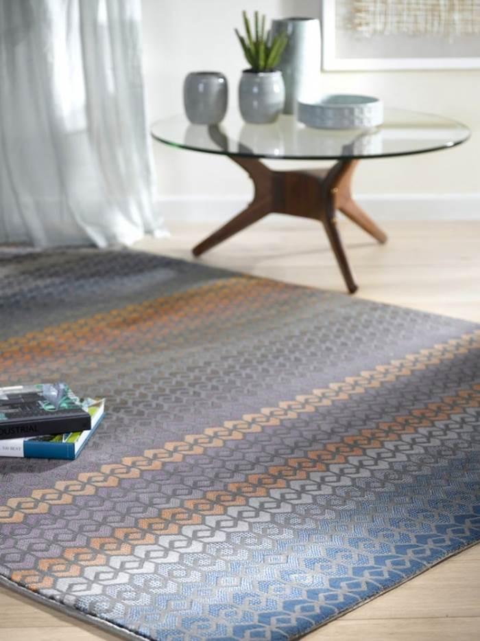 שילוב של צבעי פסטל רכים ודוגמאות וינטאג במראה מחוק. שטיח הרמס. צילום: ישראל כהן