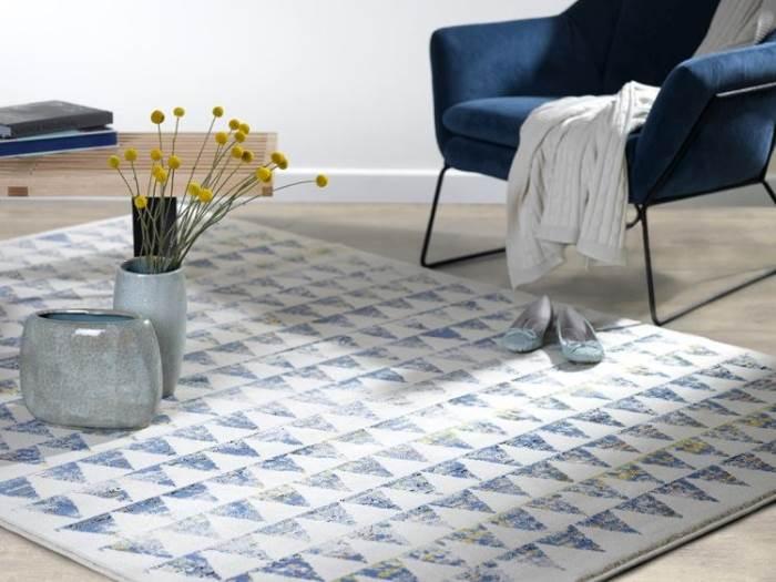 צבעים אינטנסיביים וצורות גיאומטריות. שטיח בוטיצלי. צילום: ישראל כהן