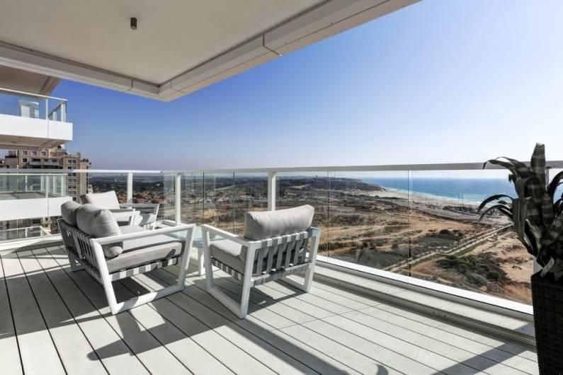 לגור ליד הים: מבט אל המרפסת והנוף המרגיע