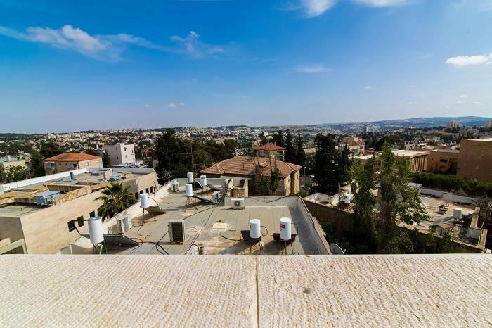תוספת הבנייה פתחה נוף פנורמי חדש לירושלים והכניסה הרבה אור ואויר צלול אל הבית. | צילום: דוד יכין