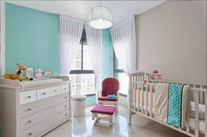 חלק גדול מהשינויים בעיצוב החדר ניתן להשיג על ידי החלפת אביזרים נלווים: וילונות, שטיח, תמונות וכדומה.צילום: inside design