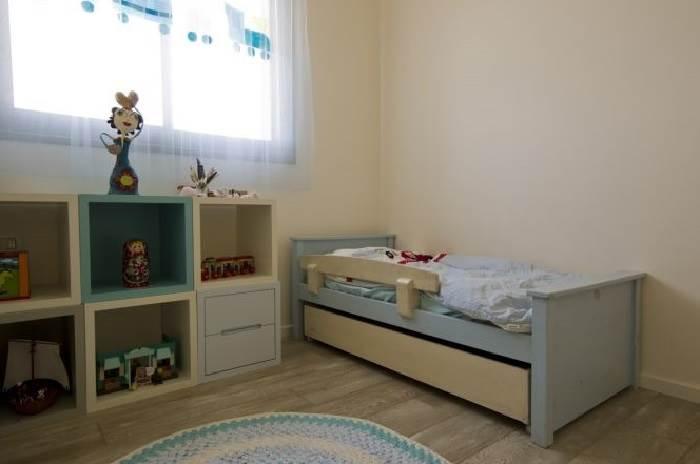 חדרי התינוקות והילדים מאופיינים בשימוש בעץ מלא בגוונים בהירים המתאימים לשני המגדרים, בעץ צבוע בגוונים רכים, מעושנים ופסטליים <br/>קרדיט תמונה: טלי מאיר פיק