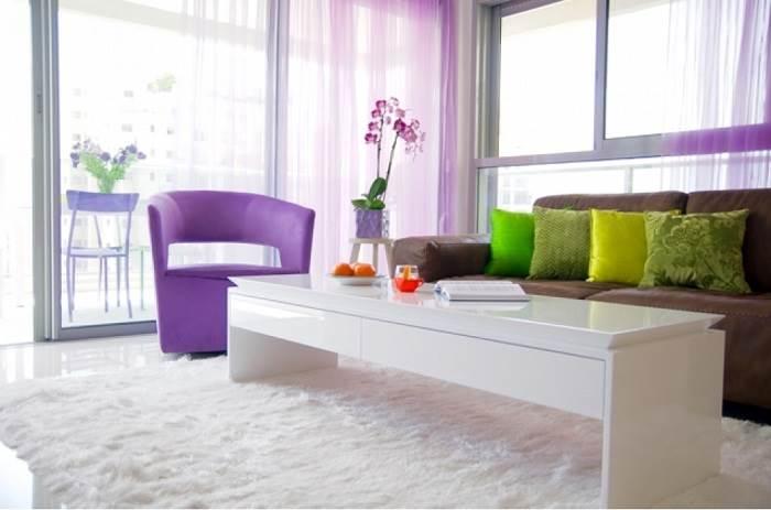 צבעים שמחים בסלון</br>צילום:LitghMill Studio