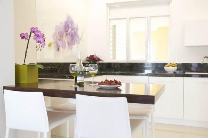 המטבח מוצנע ומעוטר בחיפוי קיר זכוכית</br>צילום:LitghMill Studio
