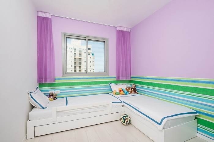 חדרי הילדים שולבו גם הם עם גוונים של סגול | צילום:LitghMill Studio