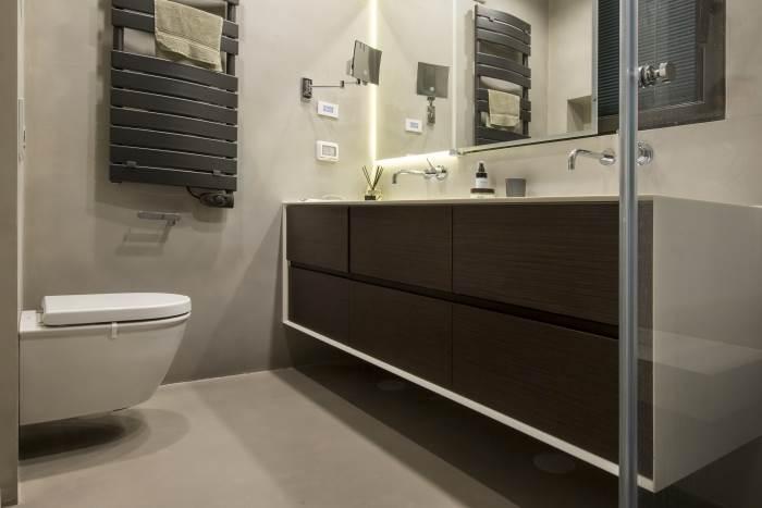 עיצוב דירת גג בנווה צדק - מבט אל חדר הרחצה בשילוב ארונות עץ | צילום: רונן קוק