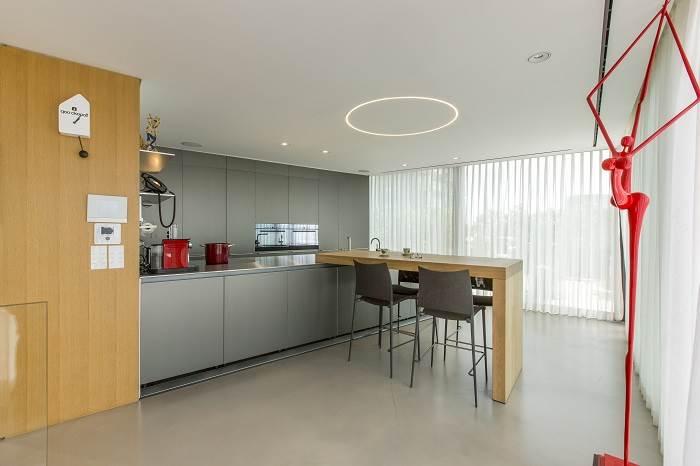 עיצוב דירת גג בנווה צדק - מבט אל המטבח מזוית שונה<br/>צילום: רונן קוק