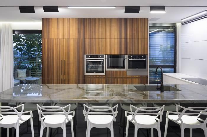 מטבח בצורת L מתחבר אל הסלון | צילום: שי אפשטיין
