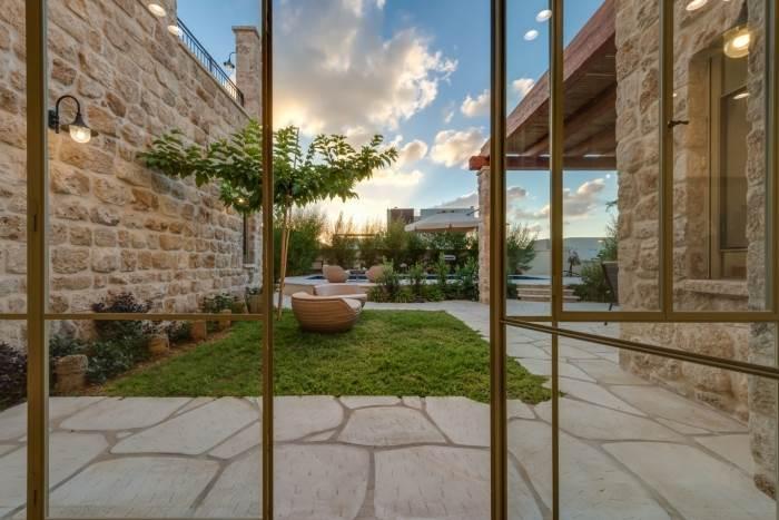 הנוף הנשקף מסלון הבית אל הגינה המעוצבת | קרדיט לצילום: רפאל ויצמן- עיצוב נוף