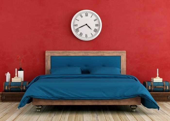חדר שינה צבוע בצבעי