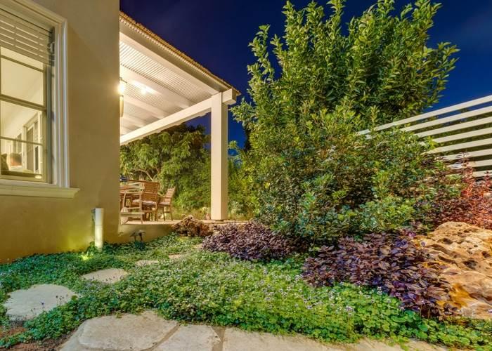 פתרון להפרש גובה בין הבית לגינה על ידי יצירת מסלעה מדורגת, המשלבת מדרגות סלע וגינון. תכנון וביצוע הגינה וגדר הפיתוח: רפאל ויצמן. צילום: ליאור טייטלר