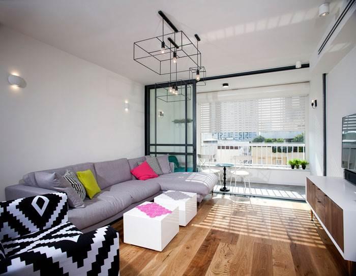 הדירה כולה מתאפיינת בשימוש מתוחכם ומדויק של צבעים, טקסטורות, דוגמאות וחומרים. | צילום: אדם בנימין