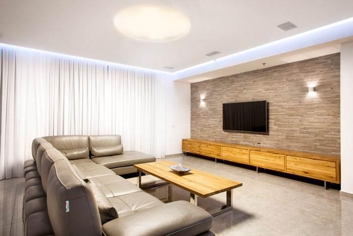 מבט אל הסלון והקיר שעוצב | עיצוב פנים: עינבל דניאל | צילום: תמוז רחמן