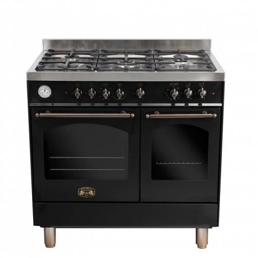 כאשר הופכים פינה אחת לבולטת, האפקט שנוצר הוא משמעותי יותר ואז כל יתר המטבח יכול להתבסס על גוונים נקיים ובהירים, מבלי שייווצר מראה קר וחיוור