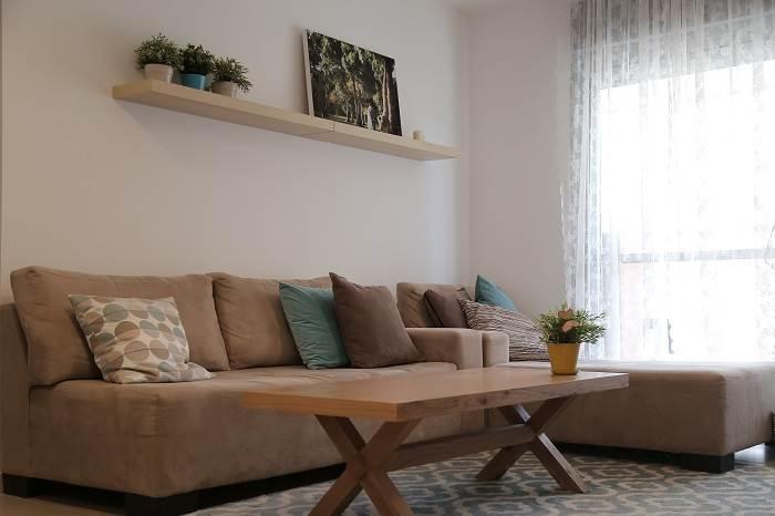 הזוג החליט לחסוך בעלות ספה ופינת אוכל חדשים בזמן הכניסה לדירה, ועפ