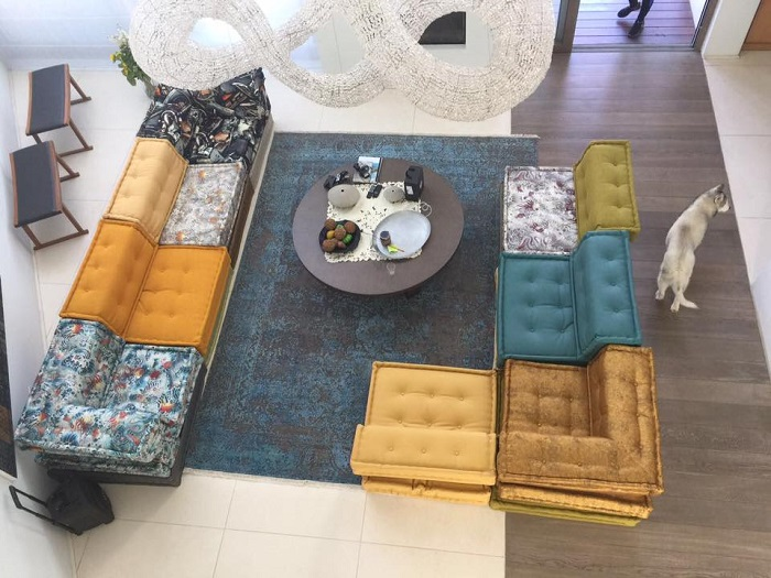 השטיח משפיע על האווירה בחלל ומסייע לתחום ולהגדיר חללים שונים בבית