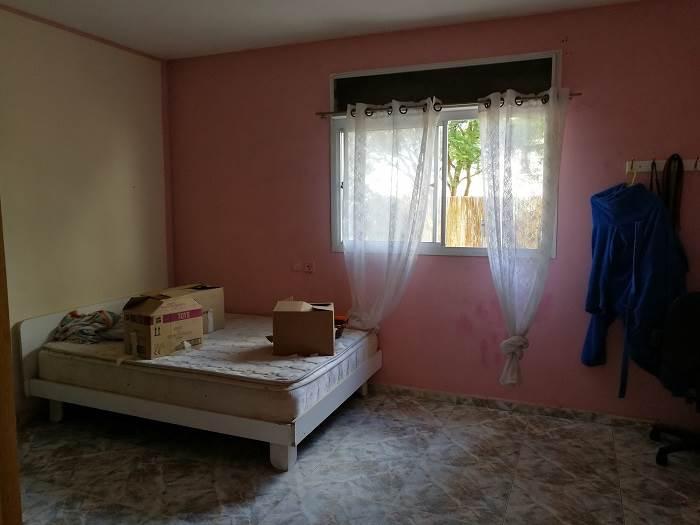 כך נראה אחד מחדרי השינה לפני