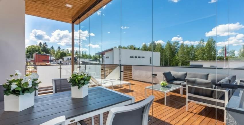 וילונות זכוכית פנורמיים: הטרנד החם בעיצוב מרפסות ופרגולות