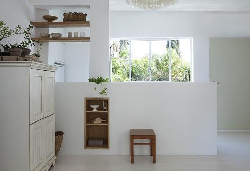 עיצוב דירה בקו נקי עם גוונים לבנים
