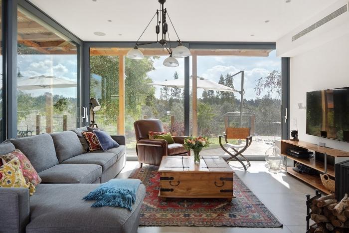 הסלון הצפוף שינה את צורתו והורחב לכיוון החצר