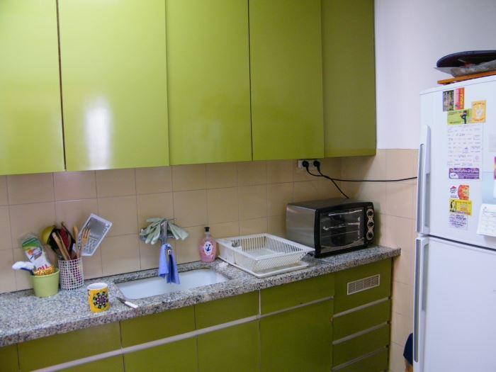 המטבח שבחרנו לשפץ היה מטבח ישן בן כחמישים, המתפרש על פני שטח קטן יחסית, (צילום: שקט, מצלמים)