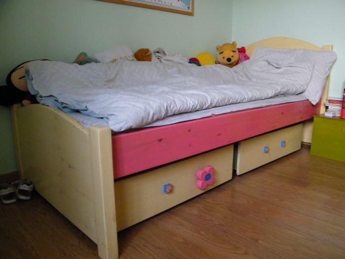 הריהוט העיקרי כלל מיטת עץ, שולחן משרדי גדול ומסורבל, ארון בגדים של איקאה ויחידת מדפים עמוסה ומבולגנת