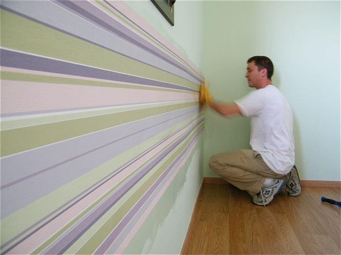 בחרנו להשאיר את צבע הקיר הירקרק ולהוסיף לו עניין באמצעות טפט ברקוד מתאים, (צילום: שקט מצלמים)