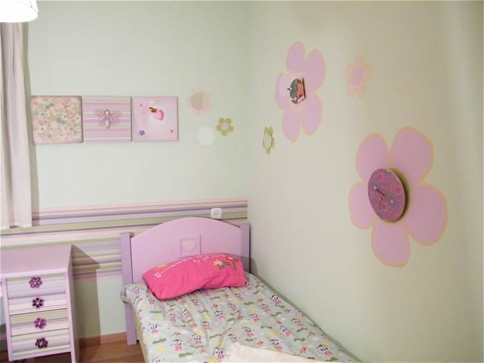 לקיר הימני בחדר הוספנו בעזרת מדבקות ויניל, עיטור של פרחים נאיביים בגדלים שונים, (צילום: שקט מצלמים)