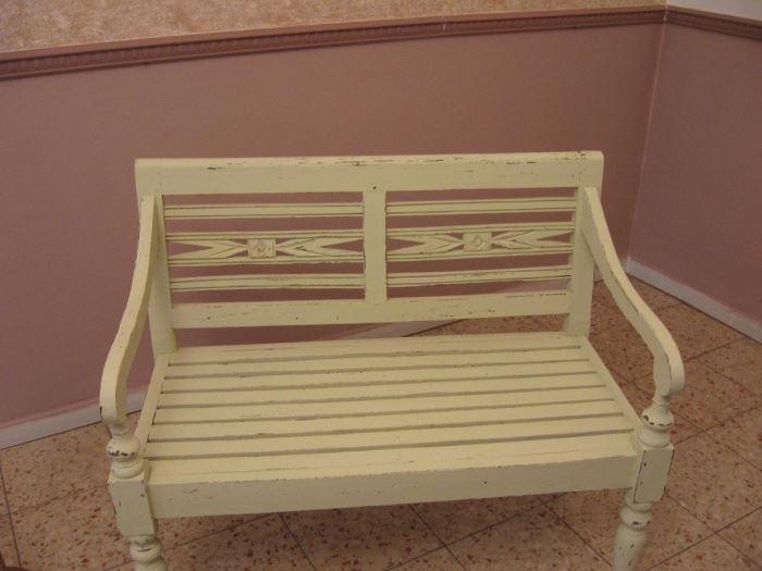 ספסל העץ נצבע בטכניקת הדיסטרסינג כדי להעניק לו מראה עתיק ומעניין
