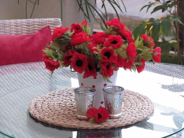 גם פרחים מלאכותיים יוכלו לעשות את העבודה. שדרוג המרפסת על פי המעצבת עידית זכריה
