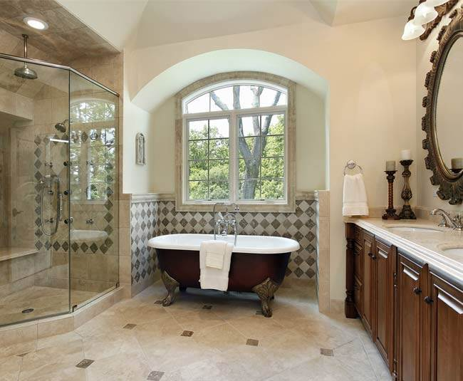 במידה ולא מתקינים אותה בחדר האמבטיה המקורי, אמבטיית פרי סטנדינג דורשת החלפה של כל שקעי החשמל בחדר למוגני מים וכן פעולות איטום מסויימות מה שאומר השקעה כספית לא מבוטלת (צילום: שאטרסטוק)