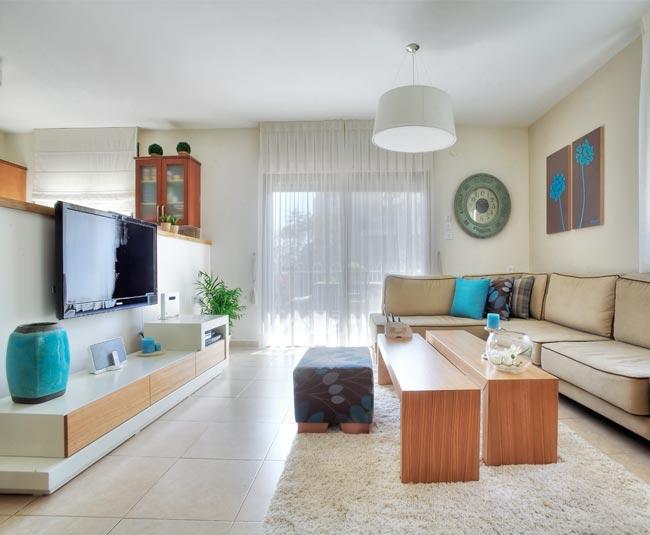 שולחן הסלון המודולרי ומזנון הטלוויזיה המדורג יצרו מראה מרווח ופתוח יותר. הסלון לאחר השדרוג (צילום: שחר פרידמן)
