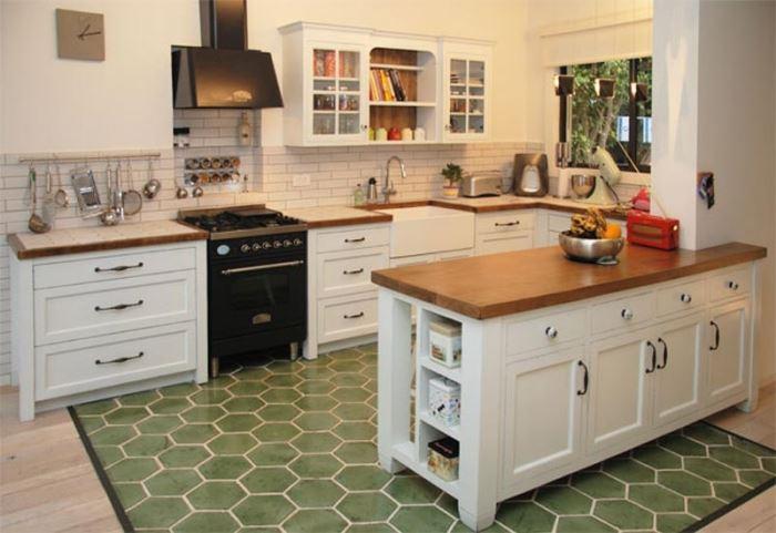 הכירו את המטבח הכפרי: עץ בגימור גס, צבעוניות בהירה ועומס דקורטיבי. מטבח בסגנון פרובאנס של אליה מטבחים (צילום: מני הדר)
