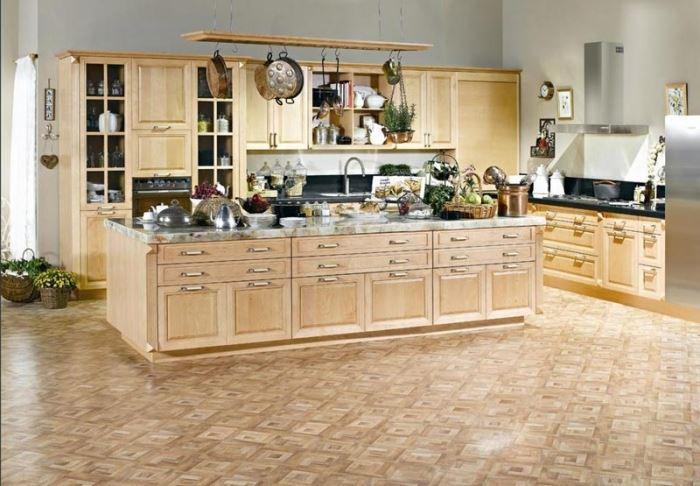 צבעי פסטל עדינים ורכים, עיצוב מסודר של כלי המטבח ודקורציות פרחוניות. מטבח כפרי של רגבה (צילום: יח