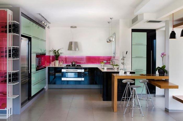 להרגיש מעודכנים בנעשה בבית תוך כדי הכנת הקציצות. מטבח פתוח בעיצוב גיל שמעוני.פז מטבחים (צילום: שי אפשטיין)