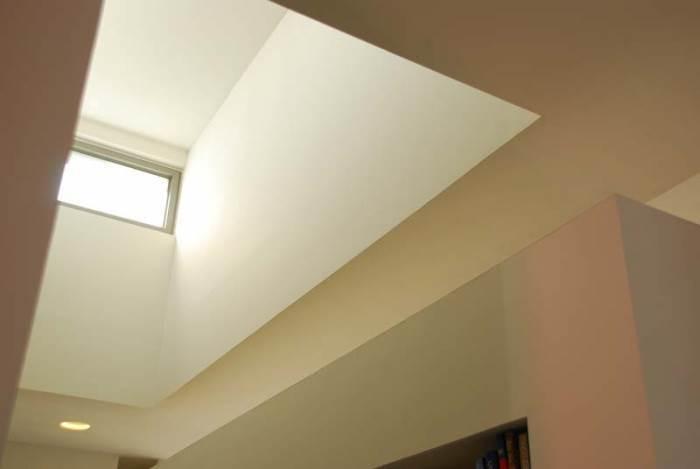 סקיילייט להחדרת אור טבעי מהגג מעל מסדרון בבית נטול חלונות. כנפי החלון ניתנים לפתיחה ולאוורור כדי להניע אוויר טבעי ולשחרר אוויר חם (צילום: אד