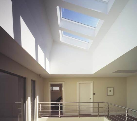רצוי לתכנן חלון גג בהתאם לפונקציונאליות: לפתוח חלון מעל האי במטבח, מעל שולחן העבודה בעליית הגג, בשירותים או במסדרון (חלון גג של חברת