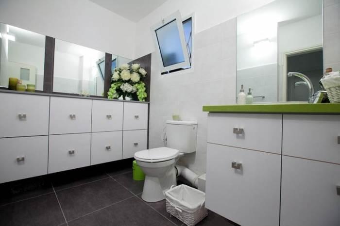 שתי יחידות ארונות אמבטיה של פרפקטו מטבחים, המעוצבות מפורמייקה לבנה בשילוב משטח קיסר (צילום: יח