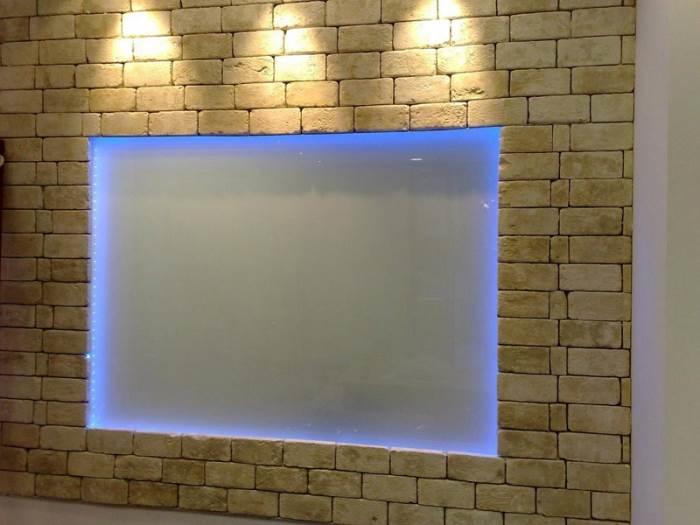 קיר בריקים אחד, שני סוגי תאורה של