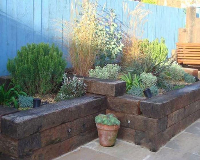 משמים לעיצוב פריטים בגינה ובבית החל מאדניות, גדרות וספסלים ועד לשערים ומדרגות. בתמונה: אדני רכבת המשמשים כאדניות לצמחים של