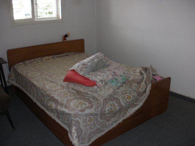 שטיח מקיר לקיר ישן וריהוט מינימלי. חדר השינה לפני השדרוג