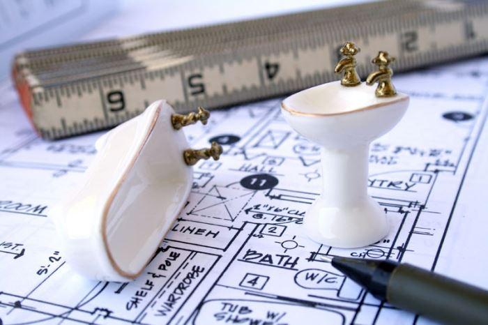 גוונים בהירים ואלמנטים מרחפים כמו אסלה תלויה או ארון צף ייצרו תחושה מרווחת יותר בעת עיצוב חדרי אמבטיה קטנים. (צילום:fotolia)