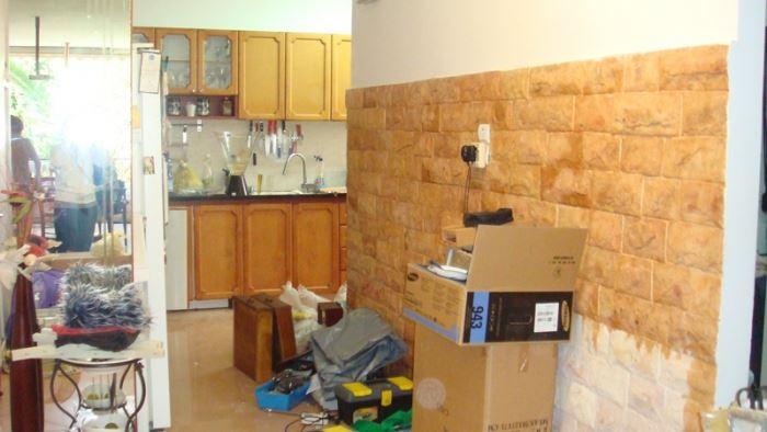 מראה הרחוק מן הסגנון המודרני והמינימליסטי שבקשו בעלי הדירה. המטבח לפני השיפוץ