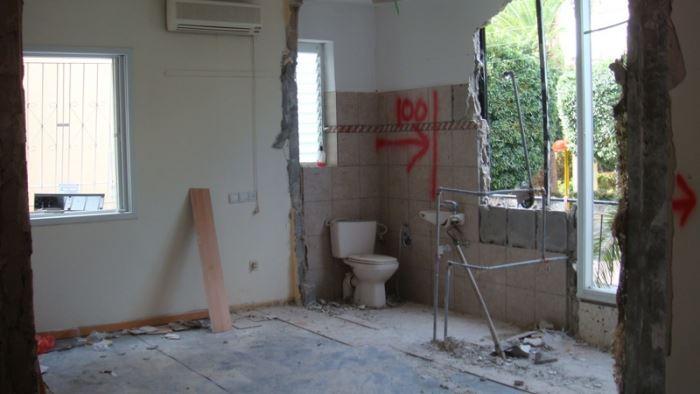 90% מן הקירות בבית שינו את מקומם, מערכות החשמל והאינסטלציה הוחלפו, התקרות הונמכו, ריהוט חדש נרכש וכל מוצרי החשמל הוחלפו. הדירה במהלך השיפוץ