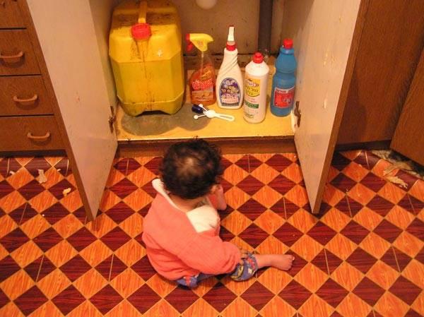 חומרי ניקוי יש להניח בארונות נעולים שאינם נגישים לילדים. המנעולים הם אוניברסאליים וניתנים להתקנה על כל סוג של ידית (צילום באדיבות ארגון