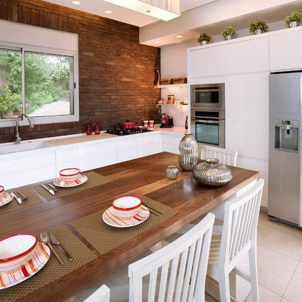 מוקד תשומת לב אטרקטיבי ומעניין במטבח. קיר בריקים במטבח בבית פרטי באבן יהודה. (צילום: דודו אזולאי, באדיבות ויה ארקדיה)