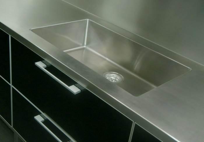 משטח עבודה, כיור וחיפוי קיר מנירוסטה במטבח אשר יוצר ועוצב על ידי